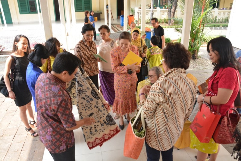 Batik experts and Batik Lovers during sharing session during break time
