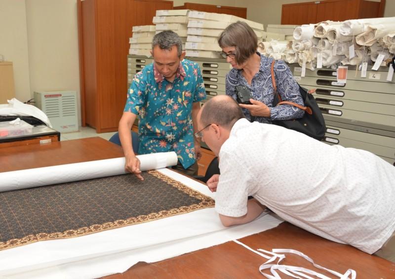 Benny Gratha, Voluntary Curatorial Assistant at Museum Tekstil Jakarta explained about batik motifs to the other curators