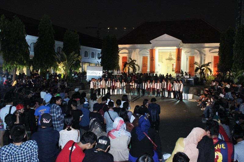 The crowd of the opening and a performance of Cut and Rescue (IDN) in collaboration with Genta Surya Choir