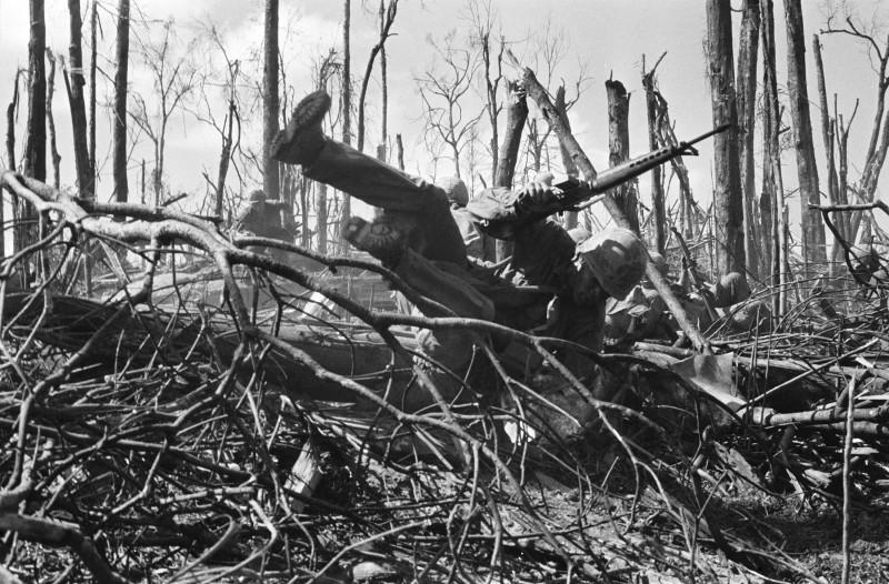 VIETNAM - NOVEMBRE: Soldats américains pendant les combats de la colline 875 dans la région de Dak To lors de la guerre du Vietnam en novembre 1967.