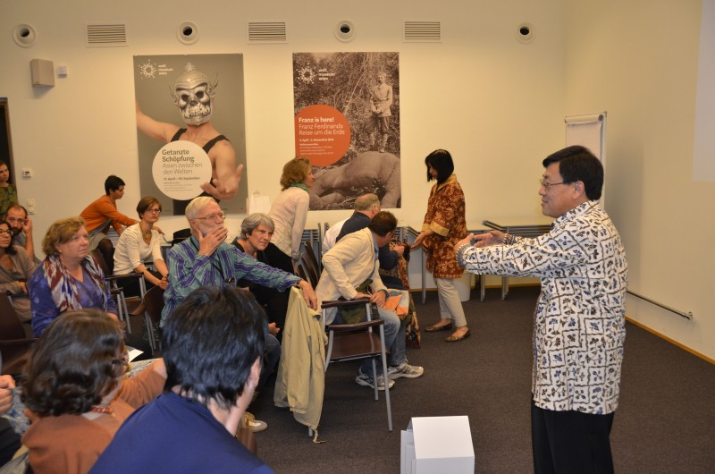 Presentation on Batik at the Weltmuseum Wien. ©KHM-Museumsverband