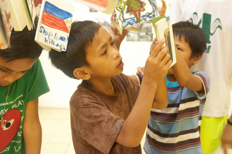 Lumad Children checking their installed diaries (c) Lina Zacher