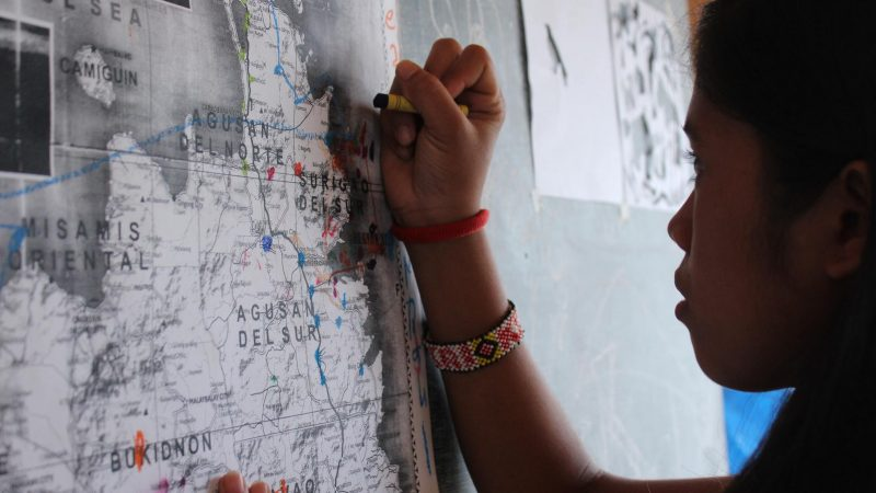 Young girl marks her hometown on the map (c) Lina Zacher