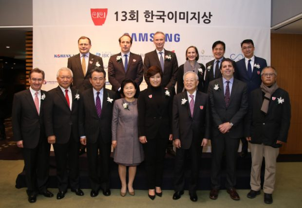 Diplomats, actors and other recipients of the 2017 Korea Image Award pose at the event organized by the Corea Image Communications Institute, Wednesday. (Corea Image Communications Institute)